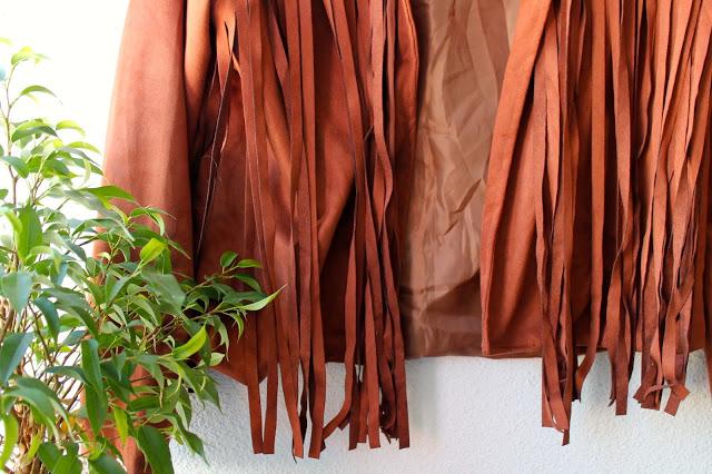 Het suède (achtige) camel kleurige jasjes met franjes jasje