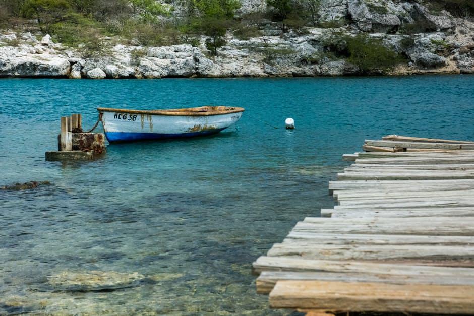 wood-landing-stage-boat-lake