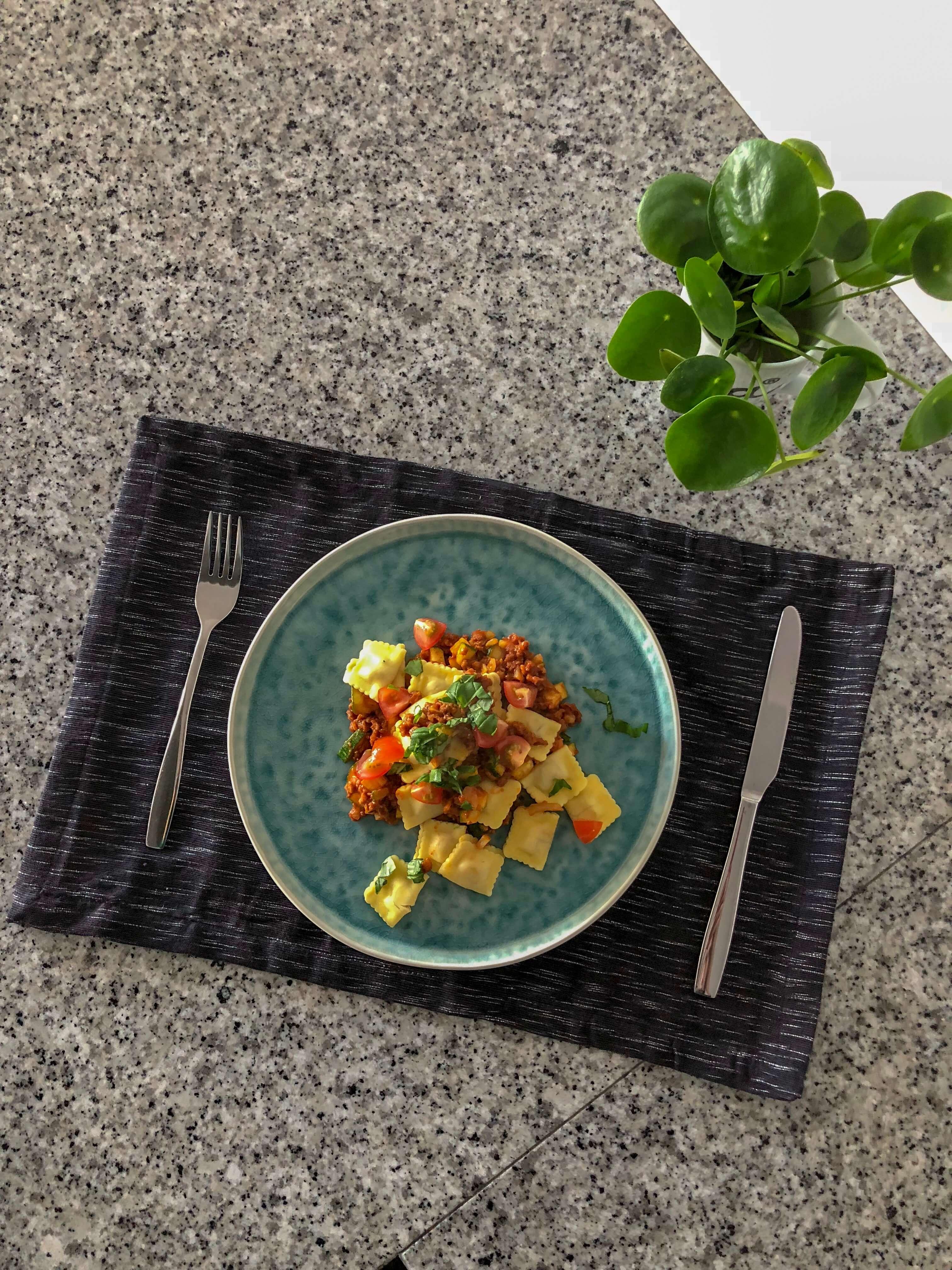 Gevulde pasta met vegetarisch gehakt, courgette én rode saus